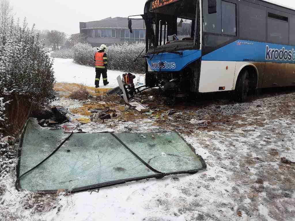První sníh s sebou přinesl hned dva havarované autobusy