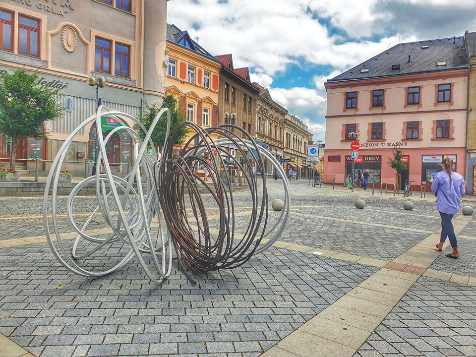 Na náměstí TGM najdete díla autora instalace pro EXPO