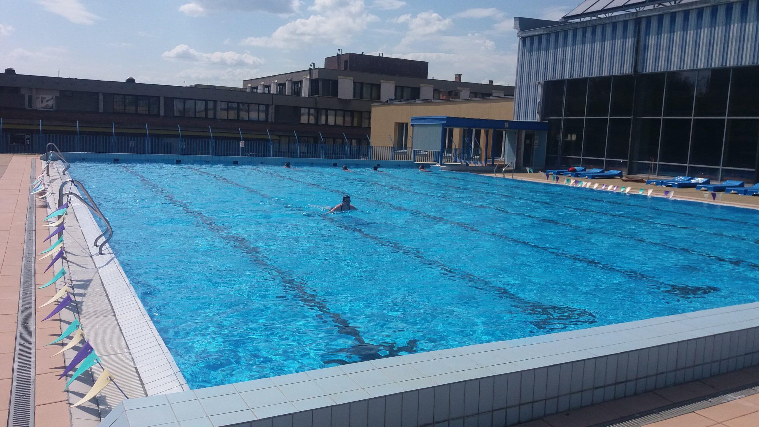 Venkovní bazén hlásí otevřeno. Při vstupu ovšem musíte splnit tyto podmínky